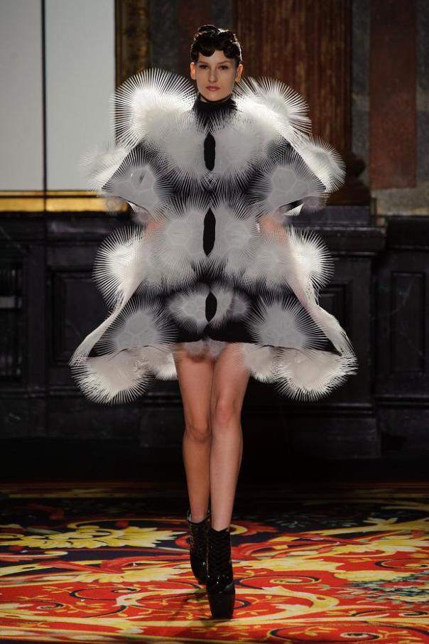 iris-van-herpen-haute-couture-spring-2013-pfw6